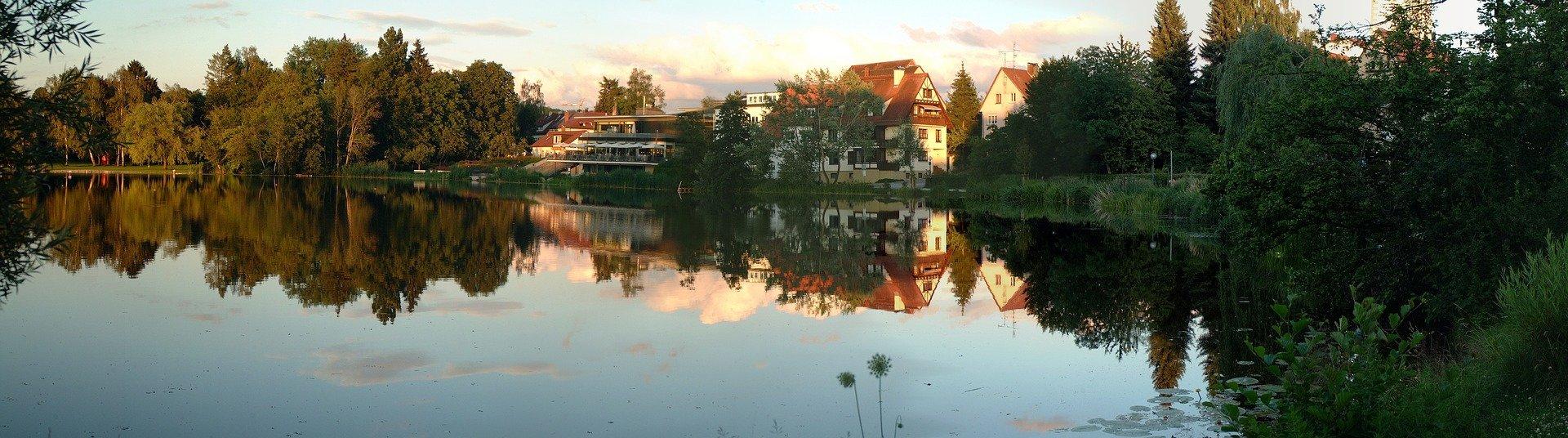 Bild zeigt den Stadtsee Bad Waldsee, in der unsere SEO Agentur tätig ist